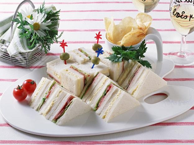 空港のレストランのサンドイッチのイメージ