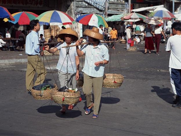 東南アジアの地方都市の市場。現地通貨しか使えない